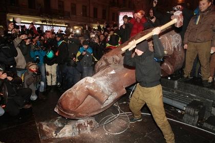 Ukranians smash Lenin statue in Kiev